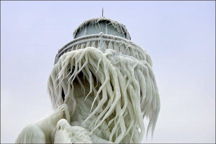 Заледеневшие маяки на побережье озера Мичиган