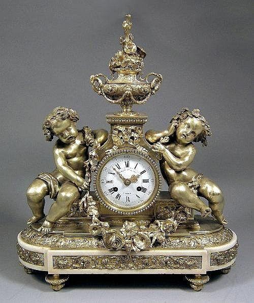 Reloj de bronce dorado  francés del  siglo 19 de repisa de chimenea encajonada