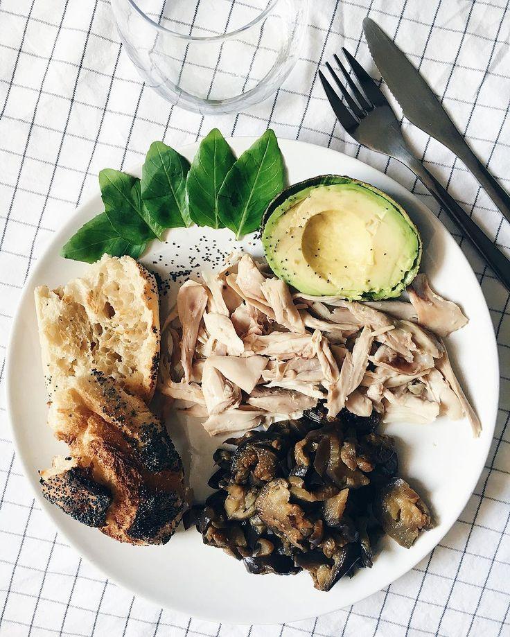 Pain grillé aux graines de pavot, avocat, poulet, aubergine fondante et basilic ✌