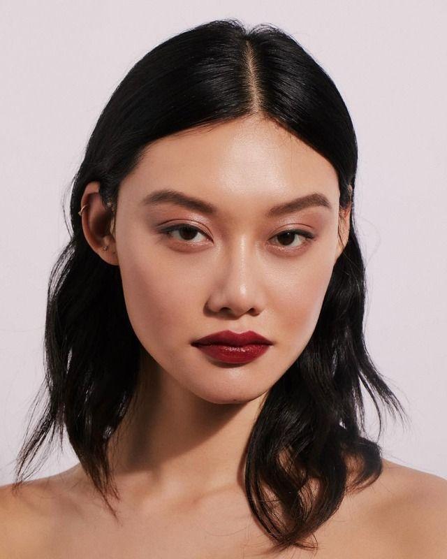 lange Haarmodelle – Natürliches Make-up und dunkelroter Lippenstift. Kurze Haare, lange Haare, Zöpfe. Haare & Be
