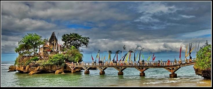 Dua atau tiga hari sebelum Hari Raya Nyepi, umat Hindu melakukan Penyucian dengan melakukan Upacara Melasti atau disebut juga Mekiyis. Foto ini bukan diambil saat Upacara Melasti di Bali, melainkan di Pantai Balekambang, Kab. Malang, Jawa Timur.