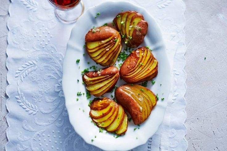Zo simpel, maar zo feestelijk. De kruidenboter maakt de aardappeltjes lekker smeuïg - Recept - Aardappelwaaiers - Allerhande