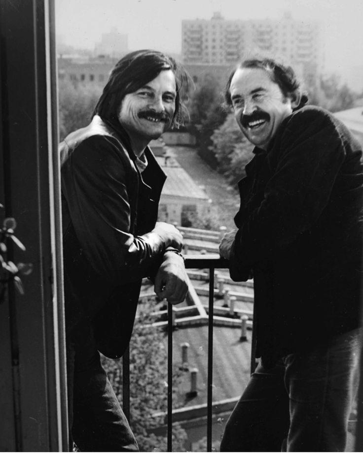 Тарковский и Тонино Гуэрра. На балконе квартиры, где-то в Москве. Возможно, у кого-то в гостях.