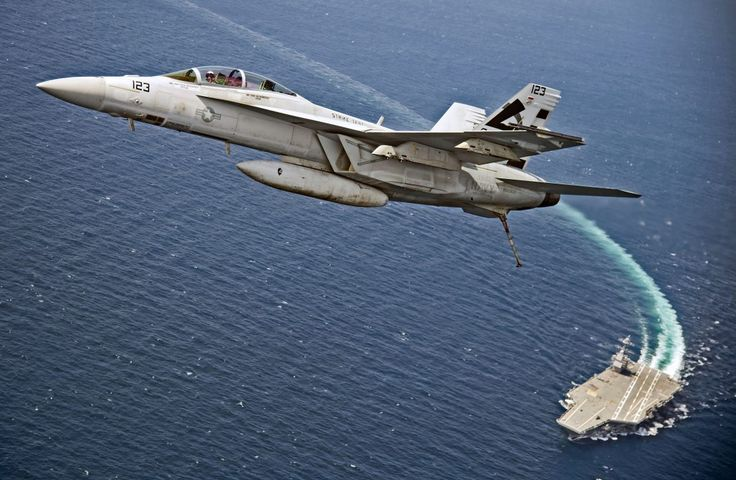 Super Hornet repül el a USS Gerald R. Ford felett.