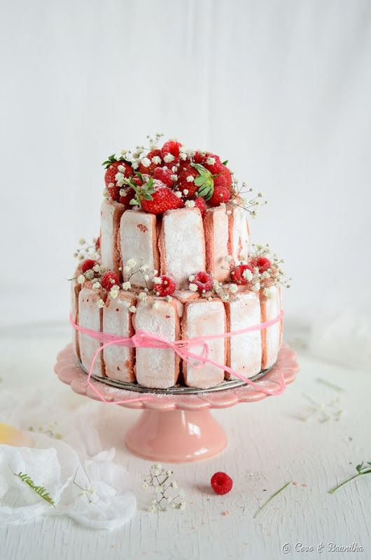 Charlotte de morango, ruibarbo e rosa