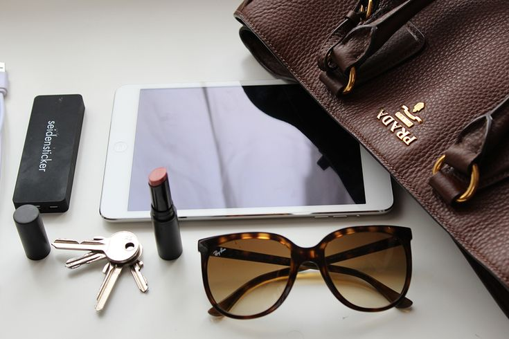 3 Whats in my Bag Handtasche Inhalt Prada Blog iPad