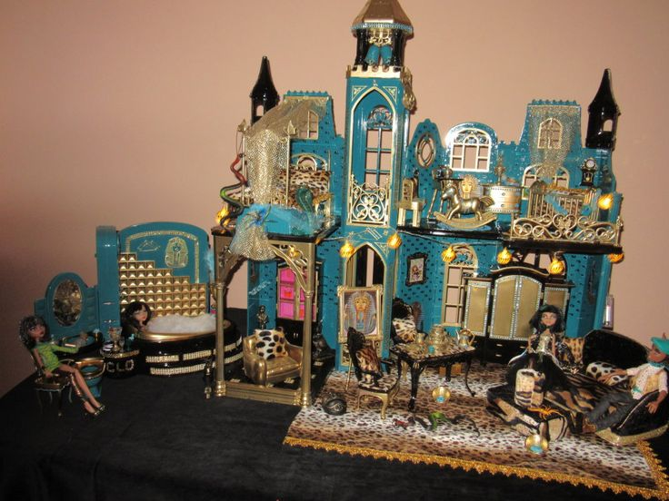 Monster High Geisterschloss     If you have never been to this site, GO!!!! She does gorgeous remakes for Monster High and Frozen, and other!!!!! Great inspiration!