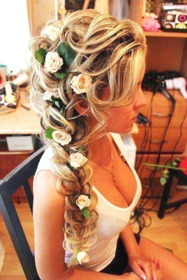 Romantische geflochtene Hochzeitsfrisuren mit schönen Blumen