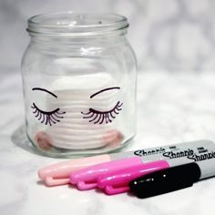 Nada mais simples do que decorar seu porta maquiagens desenhando dois olhinhos fofos!