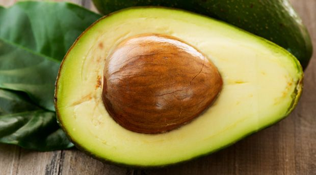 Косточка авокадо: скрытая польза - Авокадо можно есть как угодно: намазывать на тост, добавлять в салаты и даже в выпечку. Или есть мякоть ложкой «по старинке». Но многие энтузиасты здорового питания (и даже некоторые исследователи) уверяют, что мы упускаем один в�