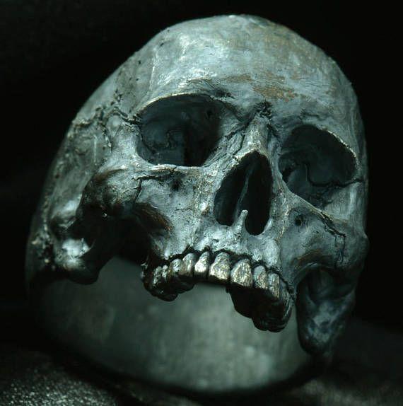 En la joyería de fuego cráneo anillo mediados tamaño