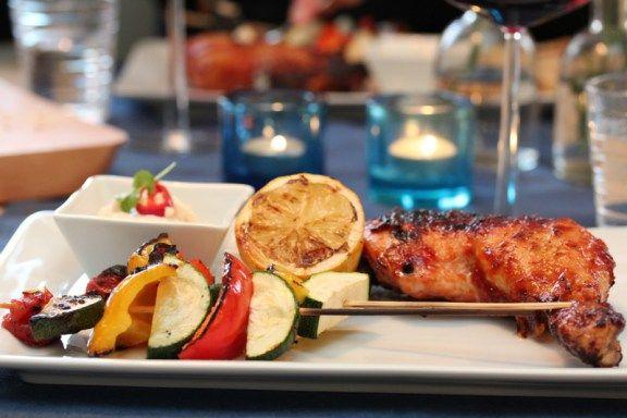 BBQ-kylling med grillede grønnsaker og chilikrem