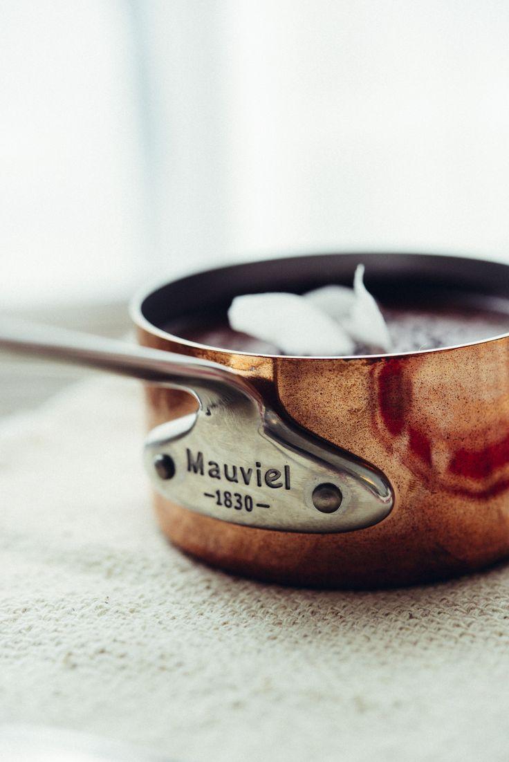 Recette du velouté de carottes violettes à la crème de coco et graines de pavot bleu. Casserole en Mauviel 1830. Photo et recette : Vanessa Pouzet