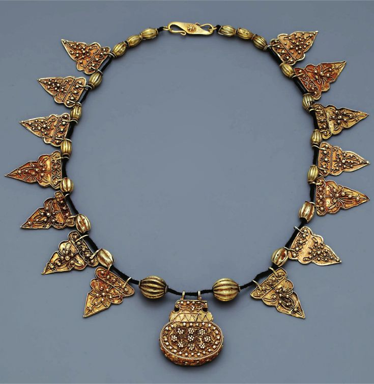 Indonesia ~ Sumatra ~ Aceh | Necklace with amulet container; gold |  19th century or earlier ||| Source; http://issuu.com/edmbooks/docs/preview_gold_jewellery