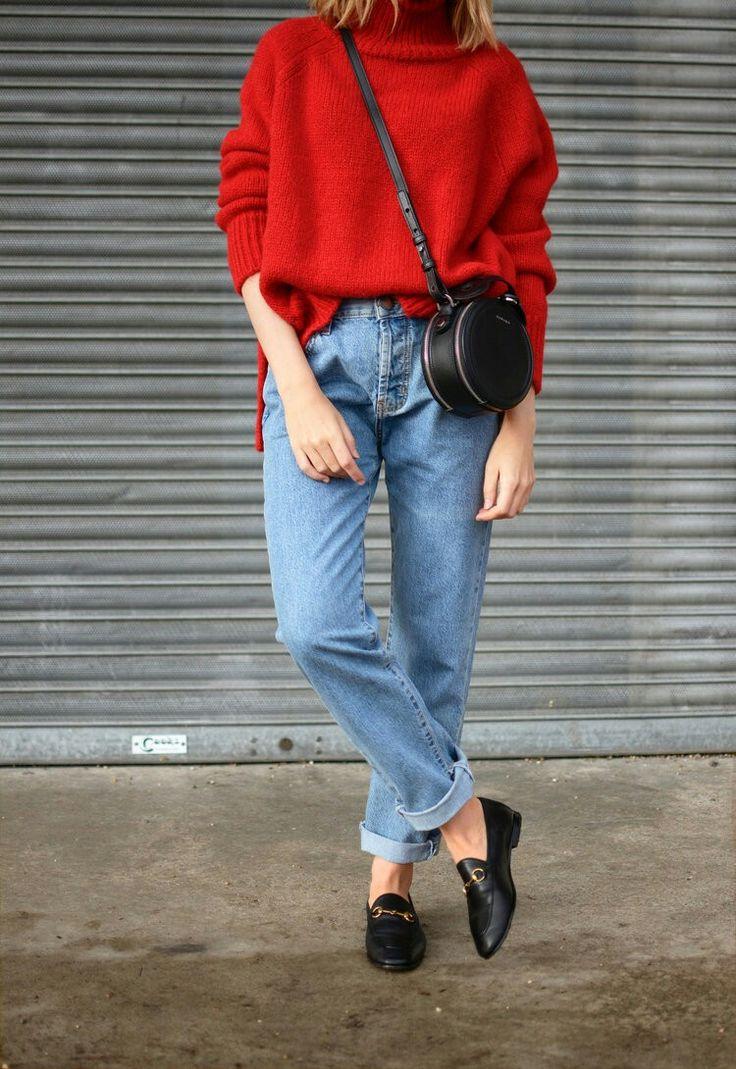 Sweater vermelho + mom jeans com barra dobrada + mocassim