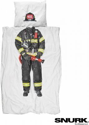 Pościel z nadrukiem - Strażak - Czy ktokolwiek nie marzył o byciu ratującym ludzkie życia bohaterem? Ta wyjątkowa pościel sprawia, że sny o odważnych wyczynach stają się bardziej realne niż wcześniej. Wyglądający jak żywy kostium strażaka pozwoli Ci poczuć się jak odpowiedzialny za bezpieczeństwo miasta bohater.