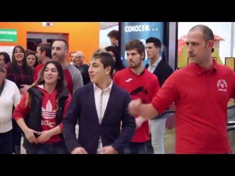 Un joven sorprende a su pareja pidiéndole la mano en Alzamora con un flashmob realizado por amigos y familiares de la pareja.