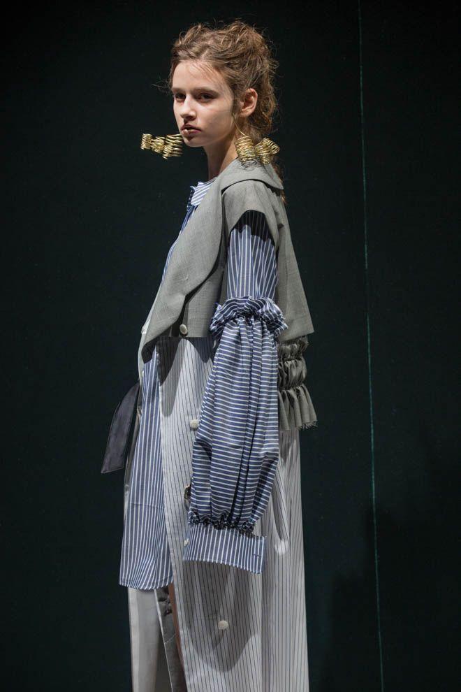 青木明子が手がける「アキコアオキ(AKIKOAOKI)」が「Amazon Fashion Week TOKYO 2017 A/W」で発表した2017年秋冬コレクション。 ...
