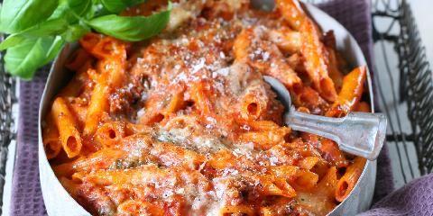 Ovnsbakt pasta med tomat og mozzarella - Denne retten med pasta, mozzarella og tomat bakes i ovnen. Litt rødvinssmak i sausen gjør susen.