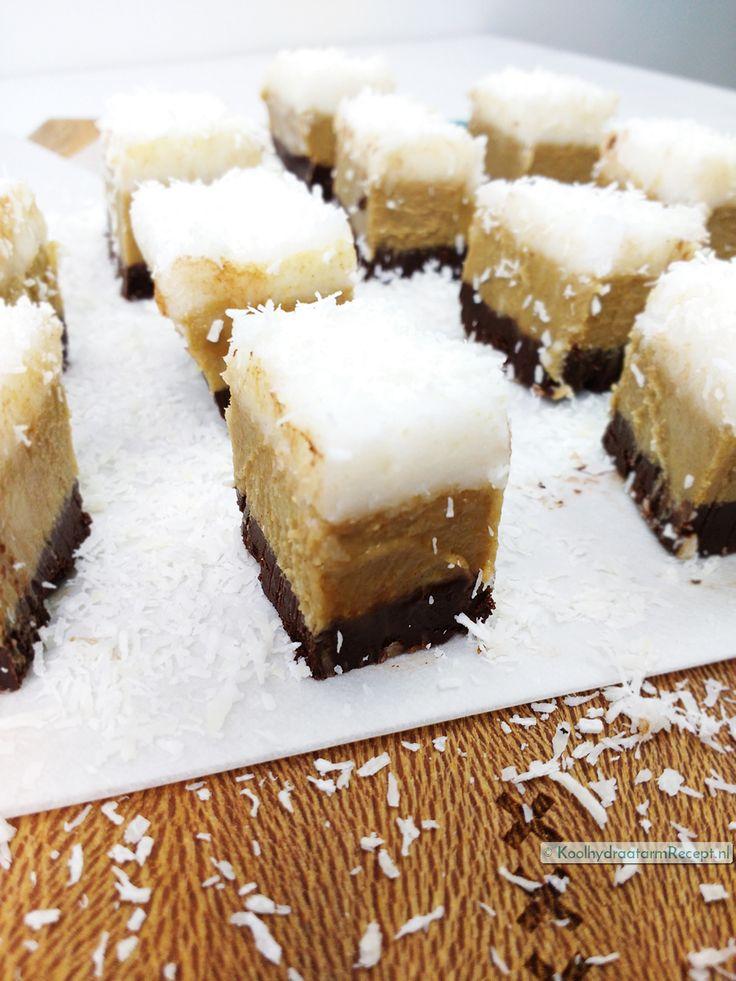 kokosvetbom, in 12-16 stukken snijden en bestrooien met kokosrasp