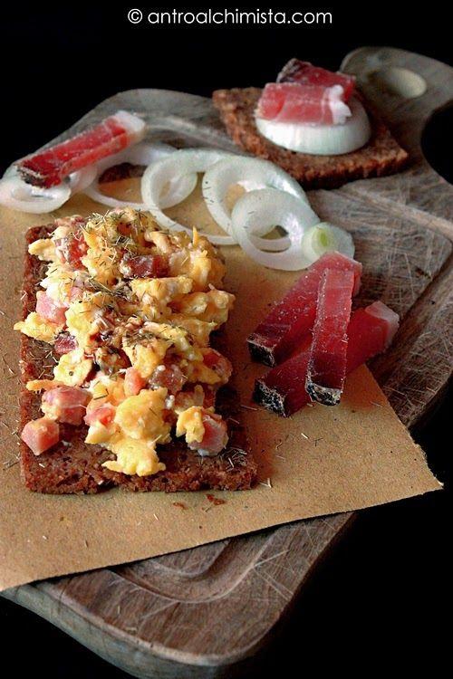Crostino di Pane Integrale con Uovo Speck e Cipolla - Wholemeal Bread Toast with Bacon Egg and Onion