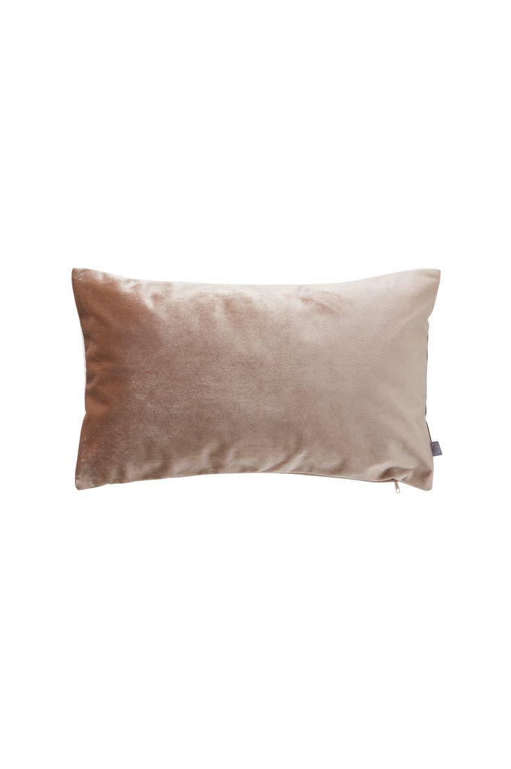 Ylellinen yksivärinen tyynynpäällinen raskasta kiiltävää samettia, joka luo huoneeseen pehmeää tunnelmaa. Materiaali: 100% polyesteriä. Koko: 50x30 cm. Kuvaus: Yksivärinen tyynynpäällinen samettia. Vetoketju reunassa. Pesuohje: Pesu 30°. Vinkki: Tyynynpäällinen sopii hyvin yhteen SIMONE-verhojen kanssa.