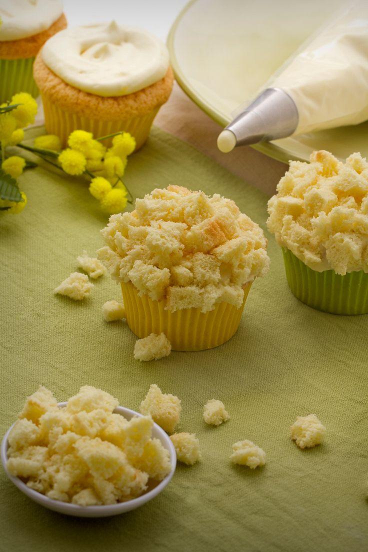 Cupcake mimosa: soffici tortine a base di pan di spagna e crema diplomatica. Auguri a tutte le donne!  [Mimosa cupcake]