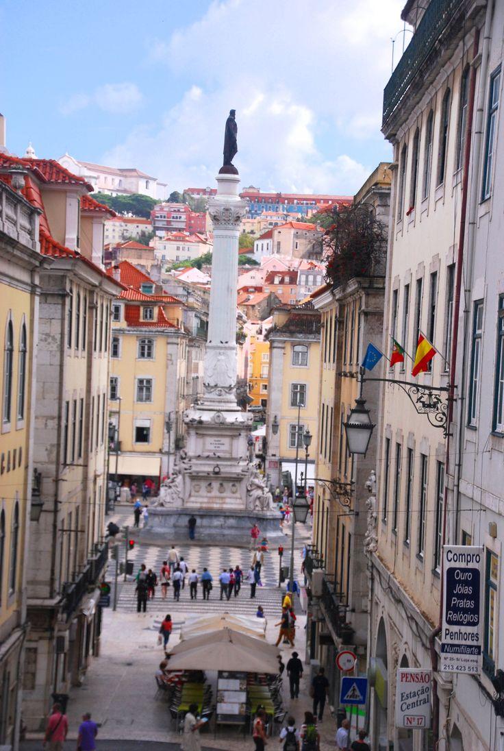Lisbonne de place en place | Via City Breaks AAA+ | 06.10.2014 - Cœur battant de Lisbonne, le Rossio constitue l'un des passages obligés de Lisbonne car il occupe une situation stratégique. Quoi que l'on fasse, on y revient toujours. #Portugal