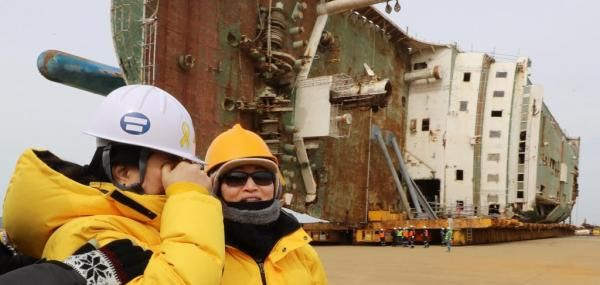South Korea is moving the salvaged ferry Sewol to a pier in the port city of Mokpo.