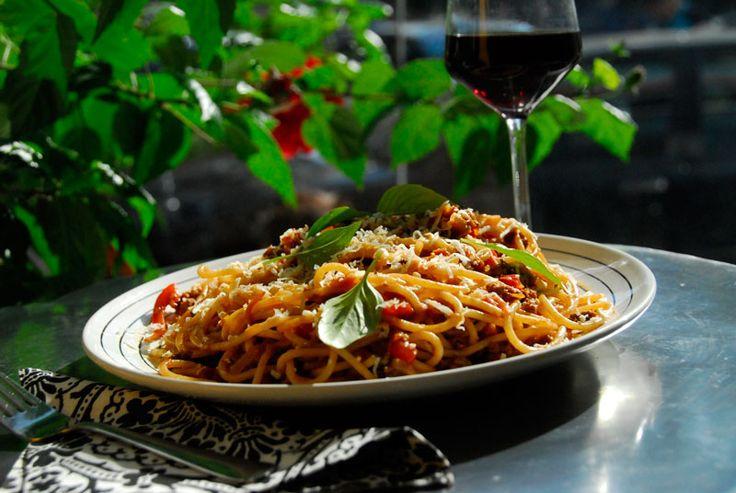 Spaghetti bolognese- Iti amintesti de bistroul de pe colt, cu masute rotunde, scaune colorate si cu floricele de camp in vaze de sticla? Ce-ai zice daca ai reinvia atmosfera din bistro chiar in camera ta? Incepem cu decorul, sa nu uiti sa cumperi floricele, si terminam, evident, cu cina.