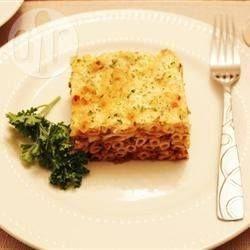 Pastitsio is een soort Griekse lasagne, afgemaakt met een verrukkelijke witte saus. Dit recept voorziet in een grote pastitsio en is gewoonweg geweldig. Iedereen vindt dit lekker en het is de moeite van het bereiden waard.