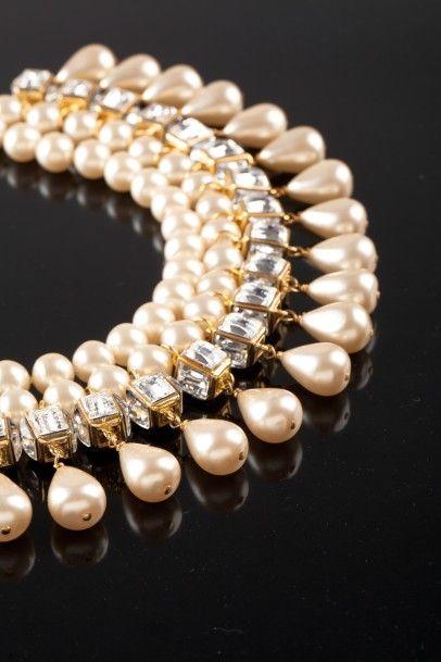 Chanel, vers 1986-1989, ras de cou à deux rangs de perles d'imitation baroques, dont l'un retenant des gouttes enchâssées de cristaux Swarovski facettés, l. 40 cm. Adjugé : 7 040 € Lundi 10 octobre, salle 3 - Drouot-Richelieu. Gros & Delettrez. Cabinet Chombert - Sternbach.