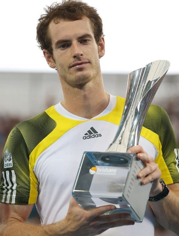 Andy Murray cu trofeul de la Brisbane