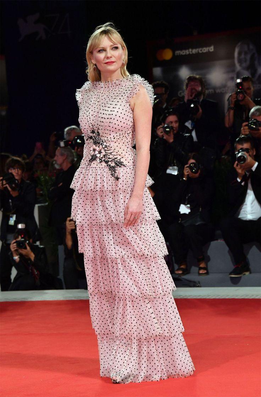 Кирстен Данст представила фильм «Вудшок» в Венеции Актриса Кирстен Данст появилась на дорожке в сопровождении режиссеров картины.