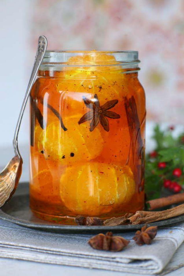 Vinterns gyllengula favoritdessert. Inkokta mandariner med saffran, kanel och stjärnanis. Avnjut med vaniljglass.