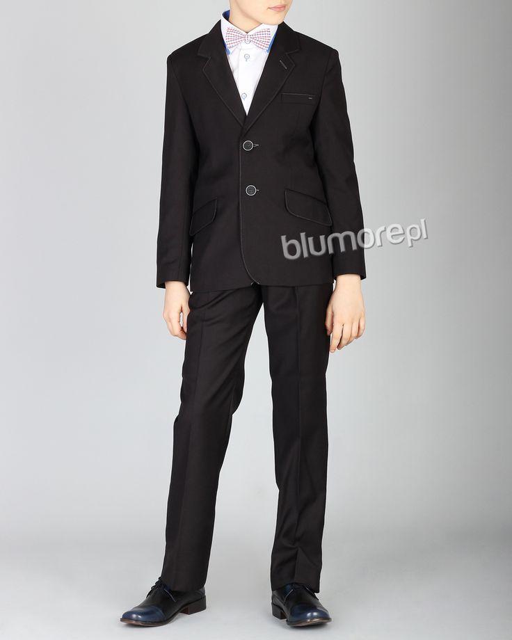 Modny, lecz nawiązujący do klasyki garnitur chłopięcy. Model w czarnym kolorze, przyozdobiony kontrastowym stębnowaniem. PRODUKT POLSKI. | Cena: 279,00 pln