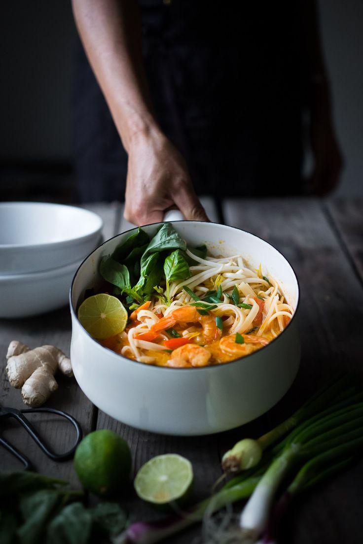 Rapide et savoureux, ce 15 Minute Style du Nord, Thai Coconut soupe de nouilles appelé, Khao Soi est si facile à faire!  Un riche bouillon parfumé w / soit crevettes, tofu ou de poulet.  |  www.feastingathome.com