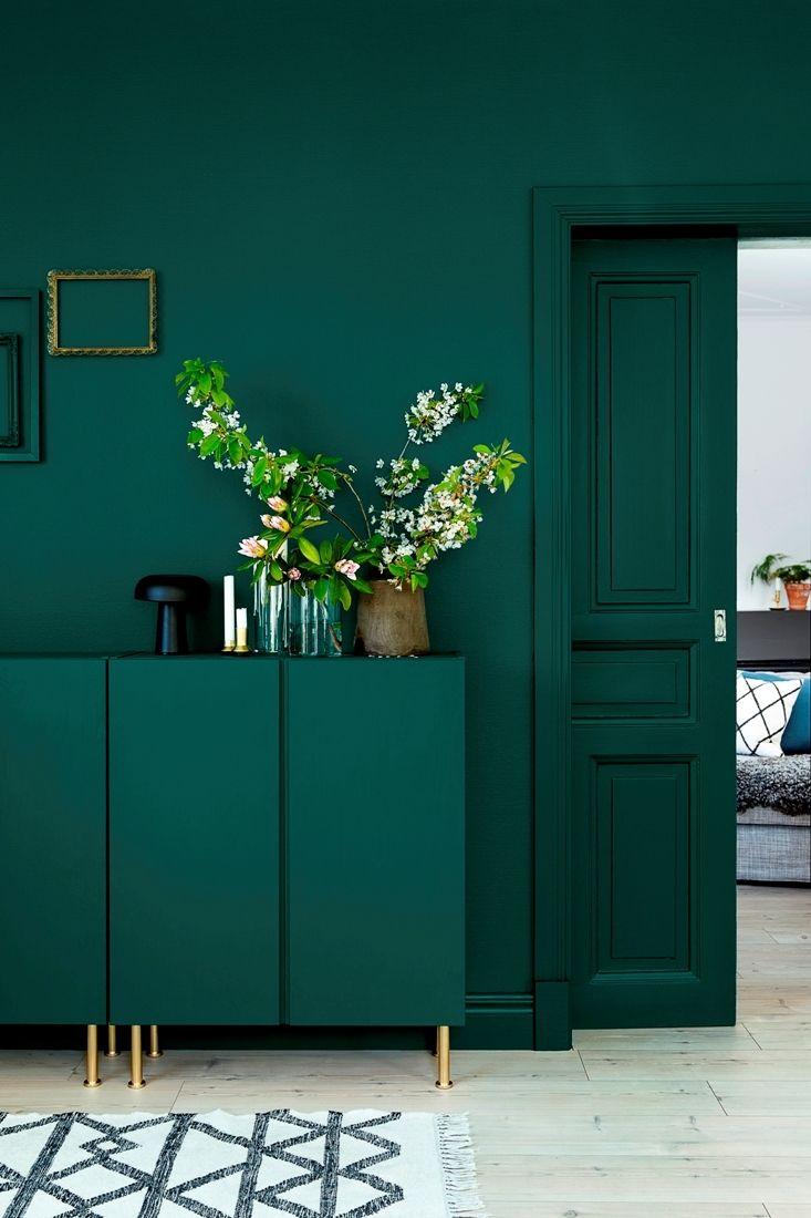 Vill du vara djärv, så följ den nya inredningstrenden, att matcha väggar skåp, hyllor, dörrar och snickerier i samma färg. Låt väggen bestämma färgen på inredningen, eller låt inredningen sätta fär…