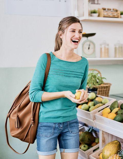 Diese extragroße Tasche mit Zugband verfügt über genug Stauraum für alle Ihre Utensilien: Geldbörse, Handy, Schlüssel und sogar die Küchenspüle (wir empfehlen Ihnen allerdings, das nicht auszuprobieren). Tragen Sie diese Tasche quer über Ihrem Körper, um die Hände frei zu haben, oder über dem Arm. Sie ist aus weichem Leder gefertigt und verfügt über ein getupftes Futter – daher ist sie hübsch und praktisch zugleich.