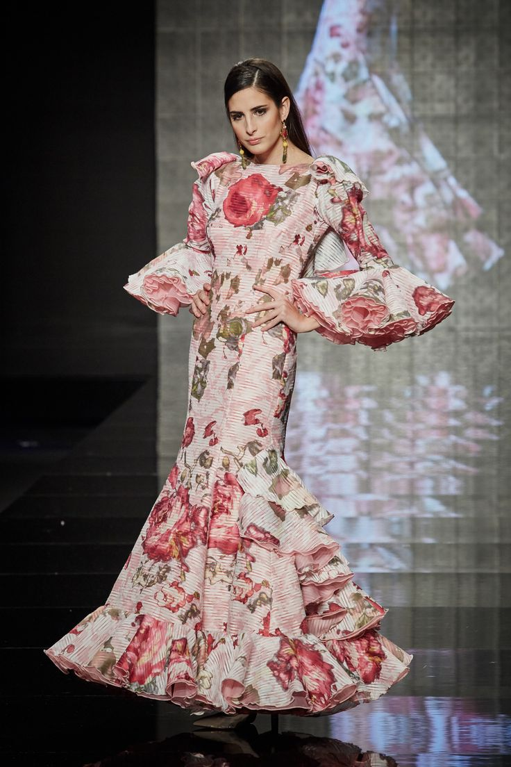 Traje de organza italiana blanca estampada en tonos rosas. PVP: 1.800 €. Más información: http://www.lina1960.com/portfolio-item/traje-estampado-rosa/