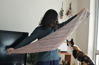 매우 단순한 규칙으로 이루어진 삼각숄로, 긴 형태가 나오기 때문에 목도리 형태로 사용하기 좋습니다.