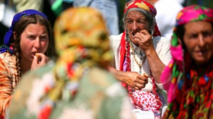 Străini ATACAŢI de ROMI la Cluj: Le-au furat lucrurile, au aruncat cu bolovani şi i-au bătut Stiri online de ultima ora
