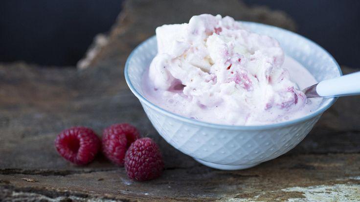 Frossen yoghurt-is med honning og rørte bringebær