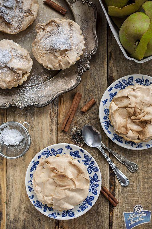 Mini tarty z bezą i jabłkami