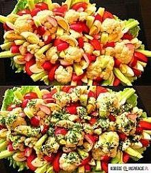 Zobacz zdjęcie kolorowa sałatka .   Składniki:  1 kalafior  4 pomidory  5 ogórków gruntowych  6 j...