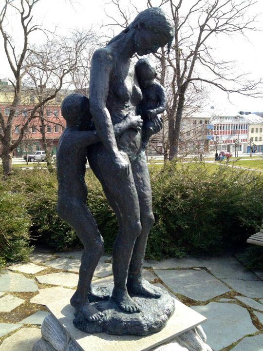 Ao fim da Jornada. Monumento do Holocausto. 2003. Bronze. Tore Bjorn Skjølsvik (Tvedestrand, Noruega, 1939 - ).  Encontra-se em um dos parques de Kristiansund, condado de Møre og Romsdal, Noruega. Em memória dos judeus de Kristiansund que pereceram durante a II Guerra Mundial.