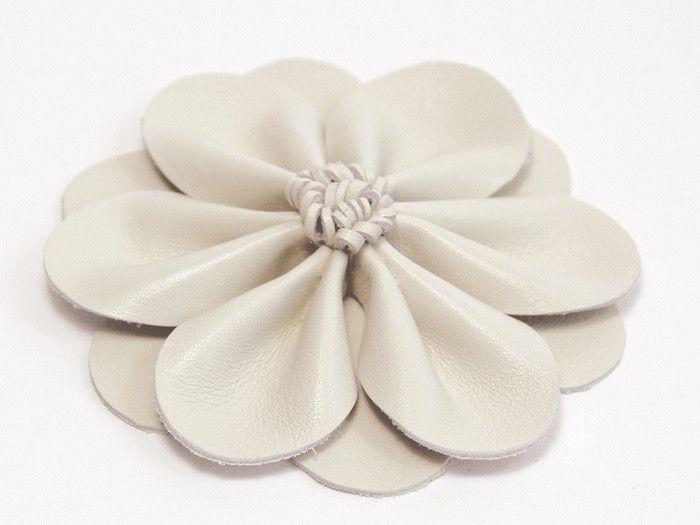 #DIY : Si vous cherchez un accessoire pour cheveux toute en élégance, nous avons ce qu'il vous faut dans ce tutoriel simple à réaliser ! #barrette #Flower #fleur #cuir