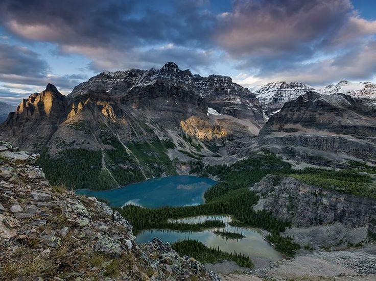"""otografia di Peter Essick, National Geographic  Lake O'Hara si annida nelle Montagne Rocciose canadesi """"come uno smeraldo in una ciotola di montagne"""", ha scritto il paleontologo Charles Walcott nel 1911. Parco nazionale della Columbia Britannica Yoho."""
