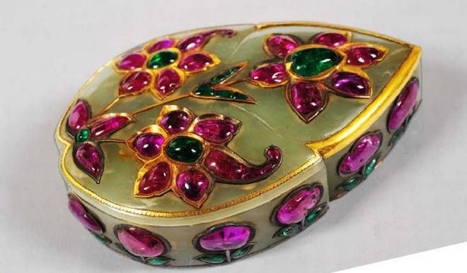 A wonderful Mughal Gem-set gold Nephrite Box. 18th Century. India. Salar Jung  Museum. A singular contribution of Mughal craftsman to jade craft is the liberal use of gold and precious stones like ruby and emerald in the form of flowers, birds and leaves.