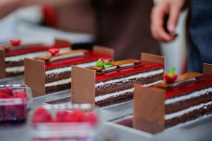 Other view cutting view from our Raspberry opera cake. #sweetdreams#hansovandopastrychef#hansovando#pastryconsulting#pastrycourses#chefstalk#pastry #patisserie #pasteleria #sweet#foodporn#like#love#spain#delicious #yummy#breakfast#instagood #instafood#picoftheday#dailypic#chocolate #barcelona #reposteria #TeacherPrize#TeachersMatter @jarpega @silikomartprofessional @dispan_bcn @mas_uniformes @ravifruit @teacherprize @revistadulcypas @utilcentre